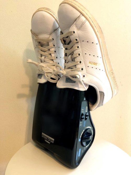 靴乾燥機で靴を乾かしているところ