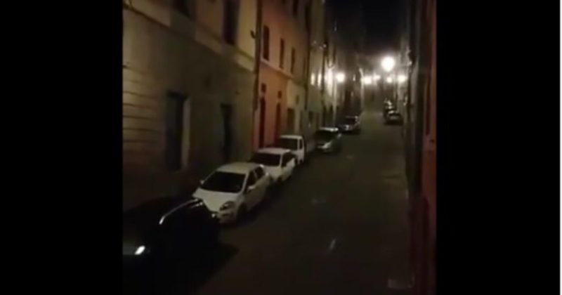 夜間に歌を歌うイタリア人