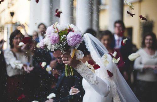 結婚式で祝福される新郎新婦の写真