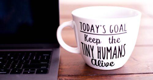 パソコンとコーヒーカップの写真