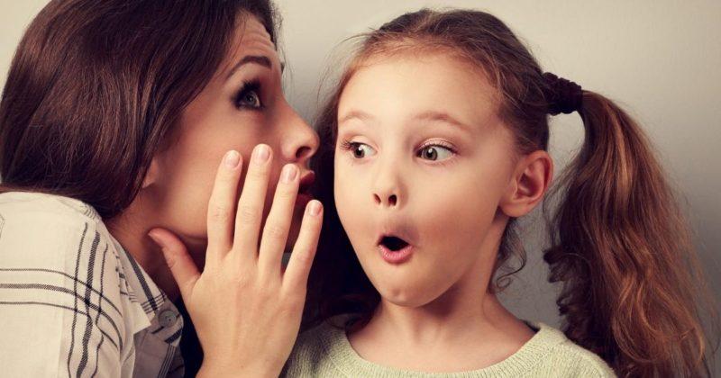 子供にひそひそ話をする女性の写真