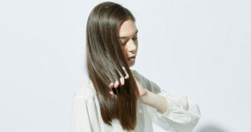 髪に触れる女性の写真